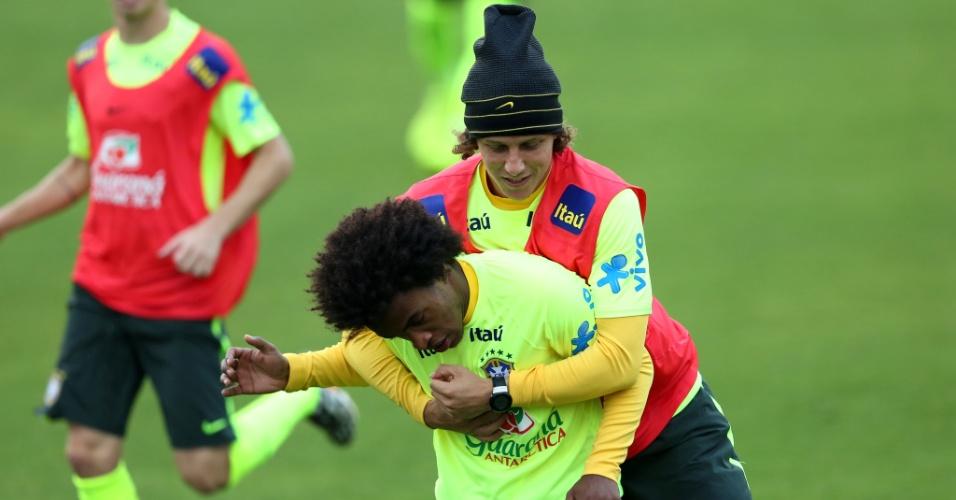 David Luiz abraça William em trabalho neste sábado na Granja Comary