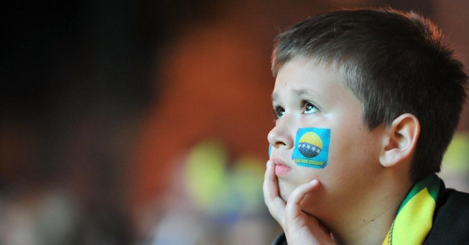 Decepcionado, torcedor mirim da Bósnia assiste à eliminação de seu país na Copa do Mundo do Brasil em um telão em Sarajevo