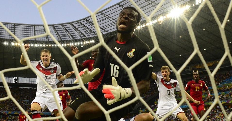 21.jun.2014 - Desespero do goleiro de Gana, Fatau Dauda, contrasta com a alegria dos alemães após o gol de empate de Klose