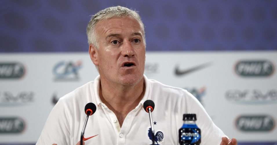 Didier Deschamps, técnico da França, gesticula durante entrevista coletiva em Ribeirão Preto