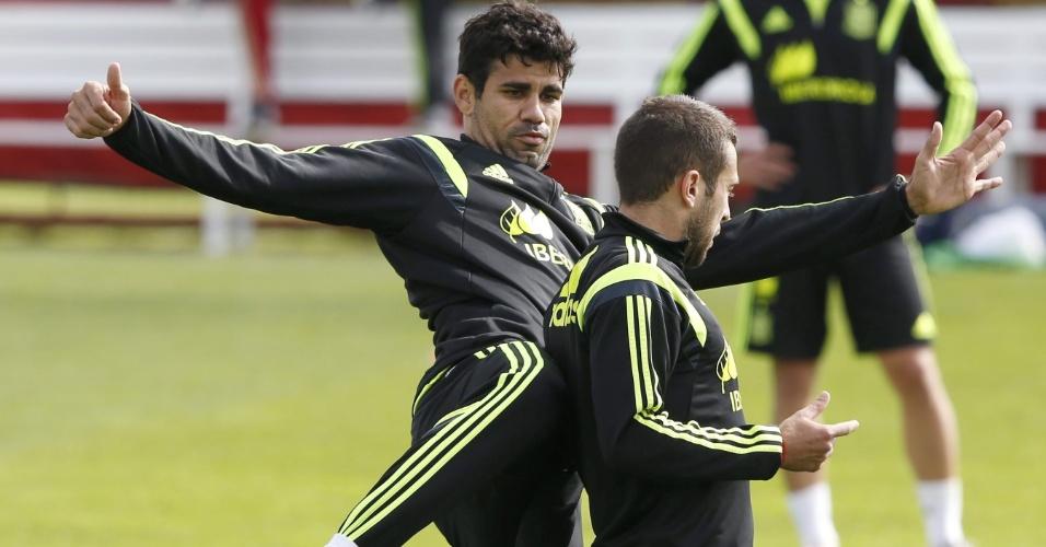 Diego Costa brinca com Jordi Alba durante treino da Espanha