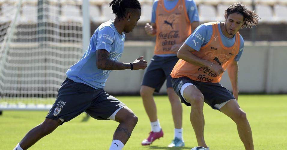 Edinson Cavani (dir.) e Abel Hernandéz disputam bola durante treino do Uruguai em Sete Lagoas