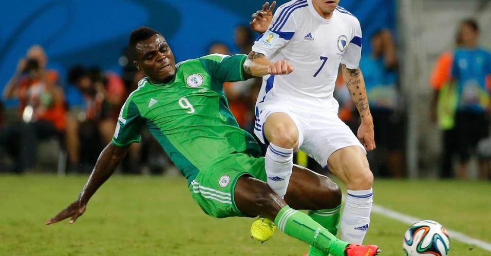 Emmanuel Emenike, da Nigéria, chega duro em jogador da Bósnia