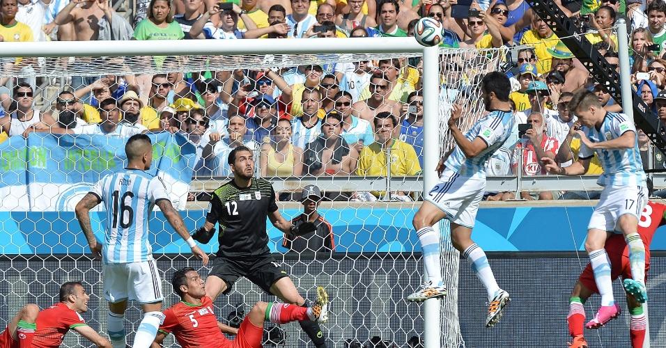 Ezequiel Garay sobe alto para cabecear bola na área do Irã durante a partida entre Argentina e Irã