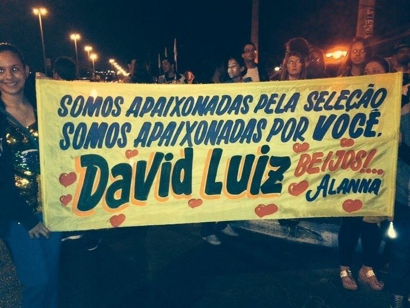 Fãs de David Luiz aguardam a chegada da seleção brasileira em Brasília