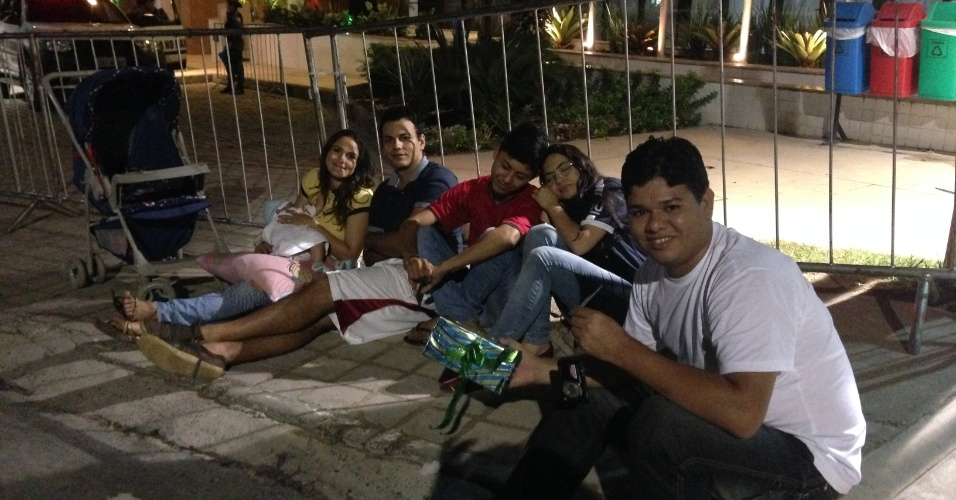 Fãs fizeram vigília para tentar algum contato com Cristiano Ronaldo em frente ao hotel que hospeda a seleção portuguesa em Manaus