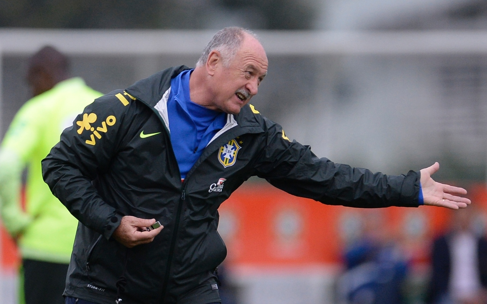 Felipão gesticula muito durante treino da seleção brasileira