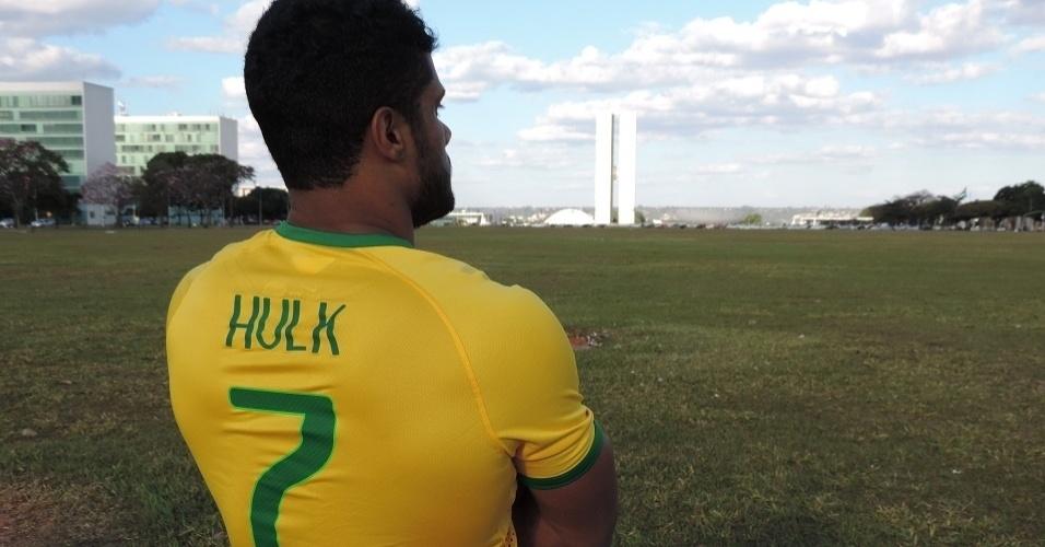 Fellipe Florêncio posa com a camisa de Hulk no Eixo Monumental de Brasília