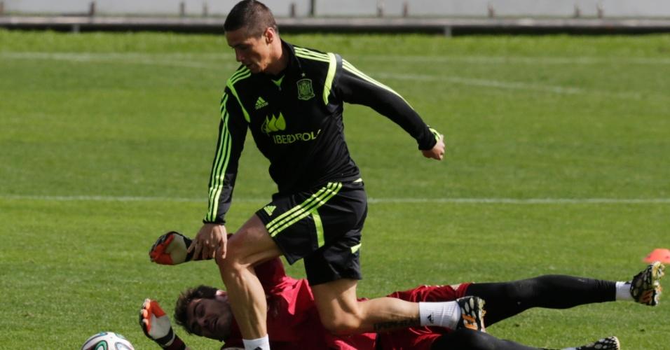 Fernando Torres disputa bola com Casillas durante treino na Espanha, em Curitiba