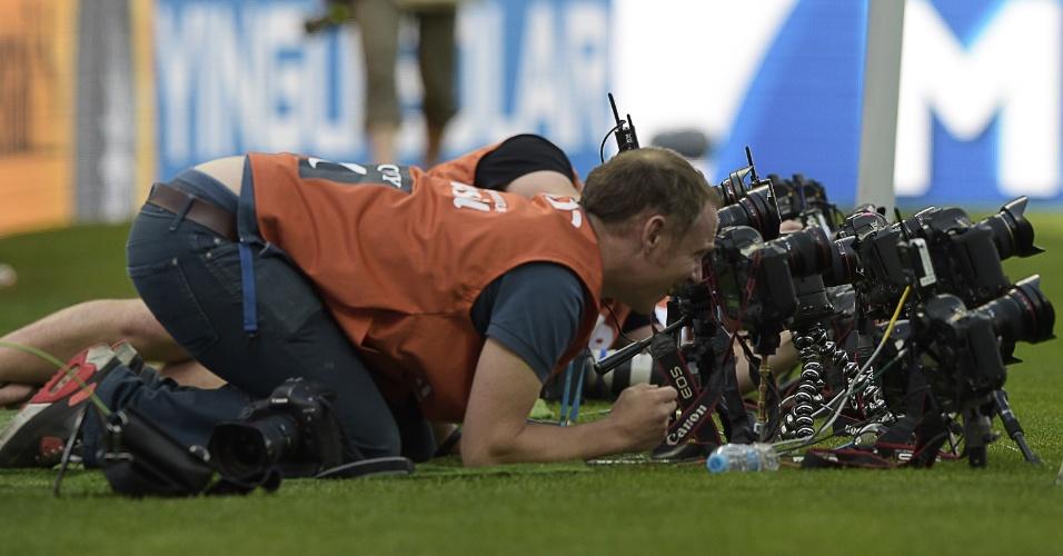 Fotógrafos trabalham duro na partida entre Argentina e Irã