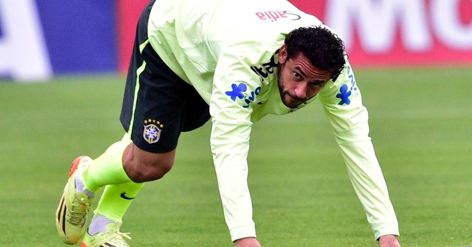 Fred faz alongamento durante treino da seleção brasileira