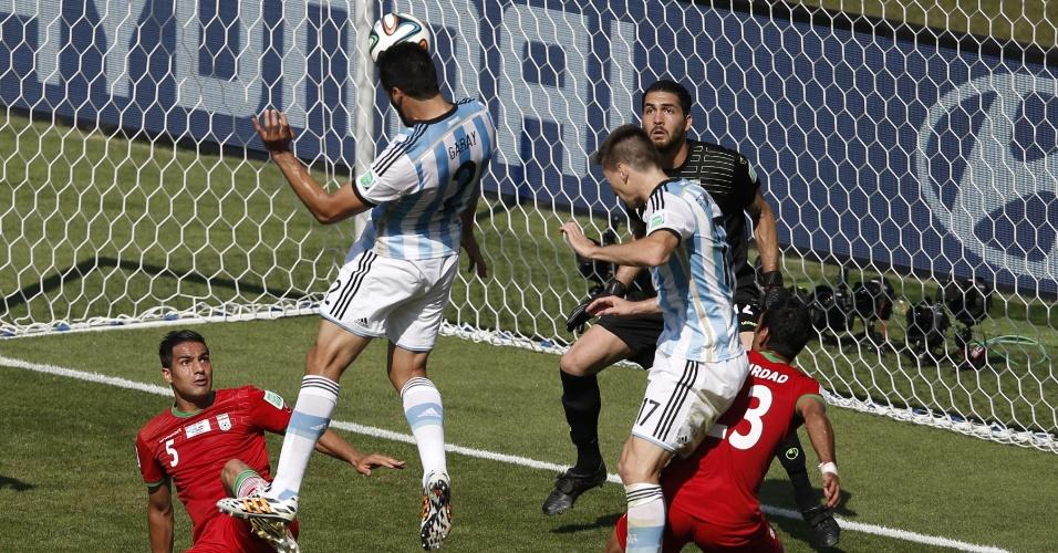 Garay subiu livre para cabecear, mas errou o alvo durante a partida entre Argentina e Irã