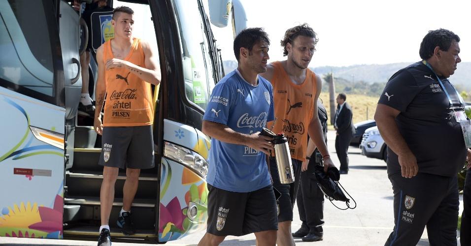 Giménez, Lodeiro e Forlán chegam ao hotel após treino do Uruguai em Sete Lagoas