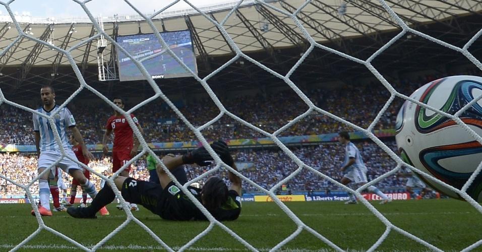 Goleiro Alireza Haqiqi até tentou, mas não conseguiu evitar gol de Messi que definiu a vitória da Argentina