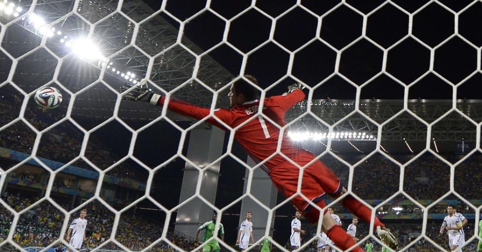 Goleiro da Bósnia, Asmir Begovic salta para a bola após finalização nigeriana