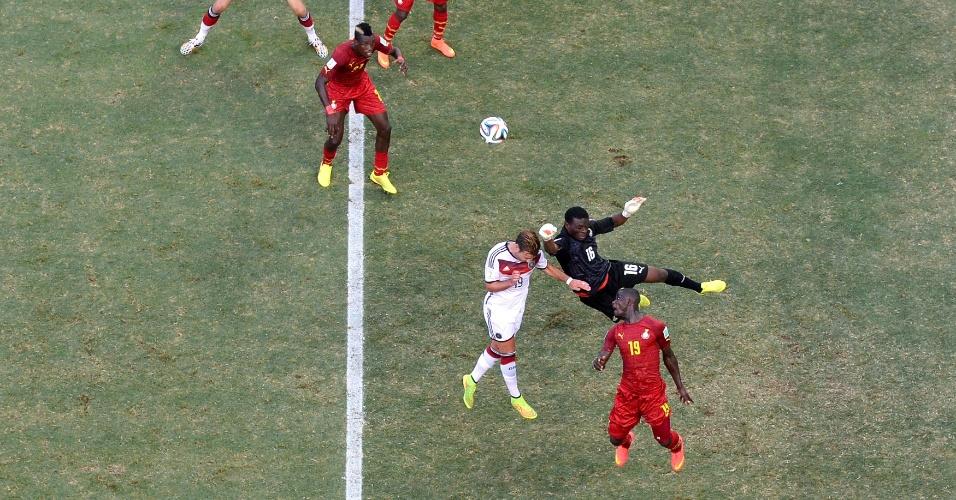 21.jun.2014 - Goleiro Fatawu Dauda, de Gana, soca a bola e afasta o perigo na partida contra a Alemanha, no Castelão