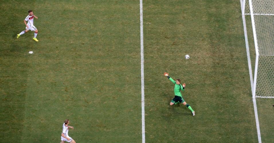 21.jun.2014 - Goleiro Manuel Neuer, da Alemanha, não consegue impedir o gol de Asamoah Gyan, de Gana, no Castelão