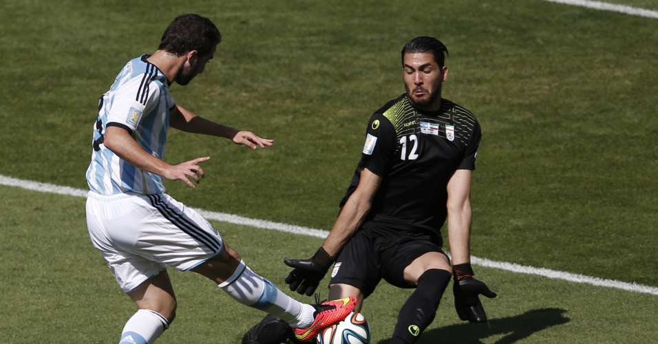 Gonzalo Higuain perdeu grande chance ao sair livre na cara do gol e chutar sobre o goleiro Alireza Haqiqi durante a partida entre Argentina e Irã