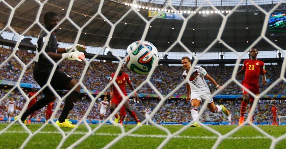 21.jun.2014 - Götze, da Alemanha, observa a bola entrar ao marcar o primeiro gol do jogo contra Gana, no Castelão