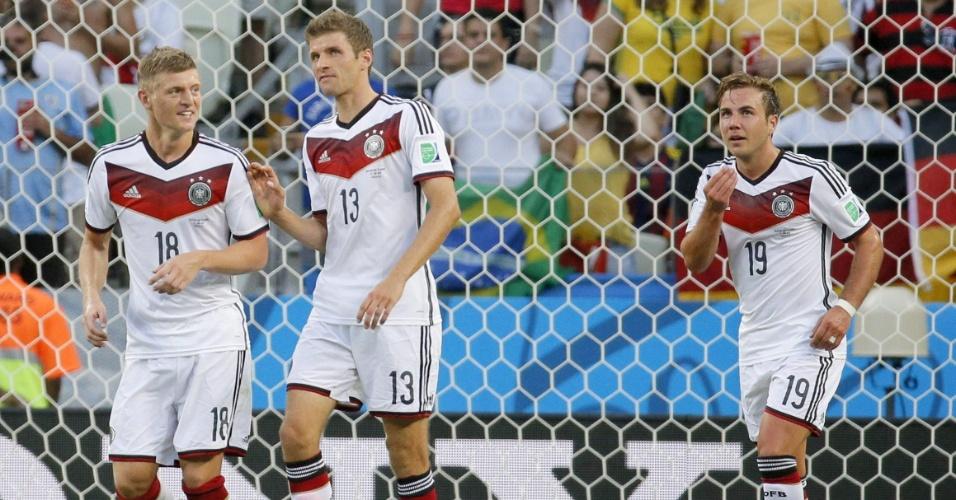21.jun.2014 - Götze, Müller e Kroos, da Alemanha, comemoram o gol marcado contra Gana