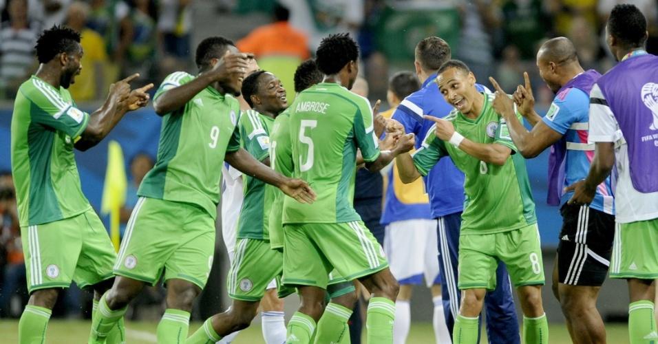 Jogadores brincam após Nigéria inaugurar o placar na Arena Pantanal