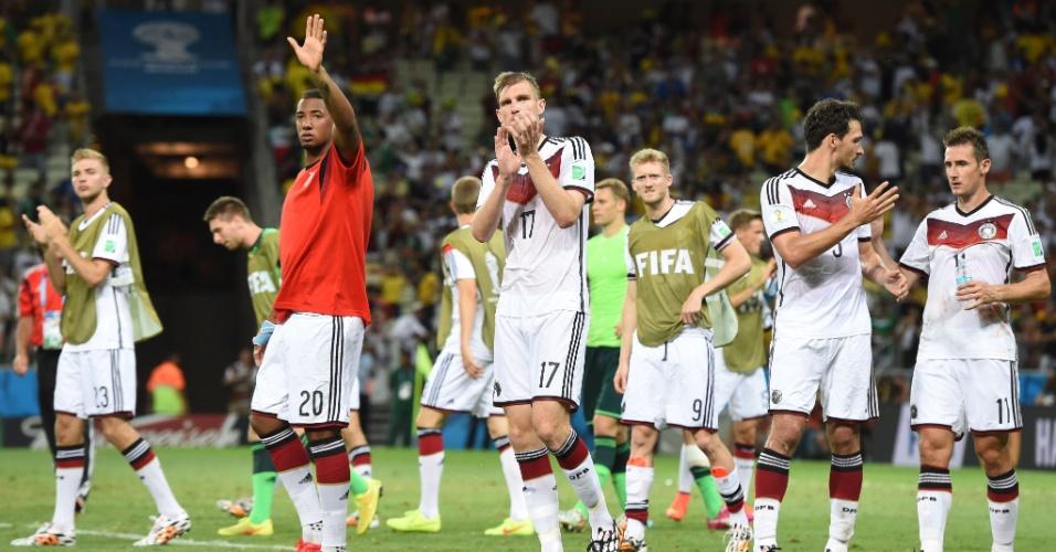 21.jun.2014 - Jogadores da Alemanha agradecem à torcida ao deixar o gramado do Castelão após empatar por 2 a 2 com Gana
