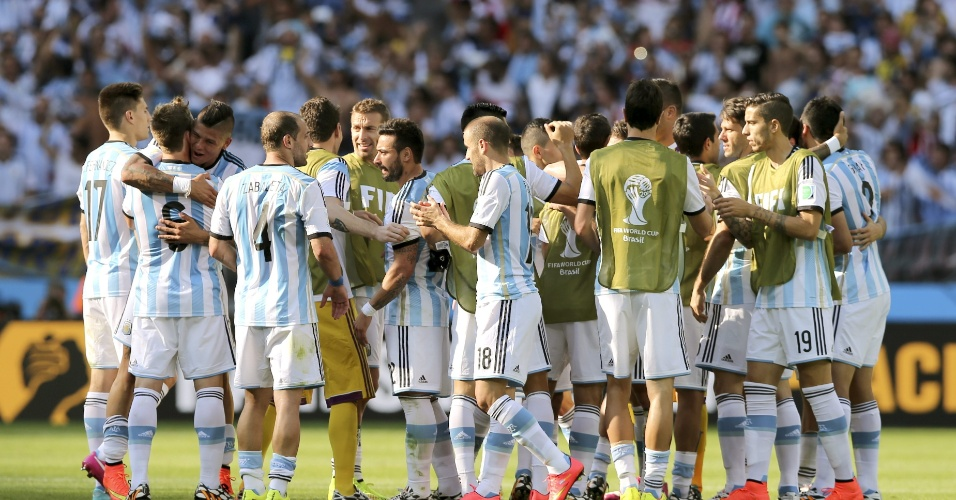 Jogadores da Argentina comemoram vitória sobre o Irã