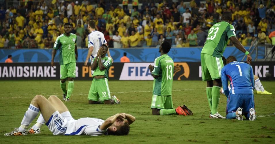 Jogadores da Nigéria comemoram a vitória enquanto atleta da Bósnia lamenta a derrota e a eliminação da Copa do Mundo