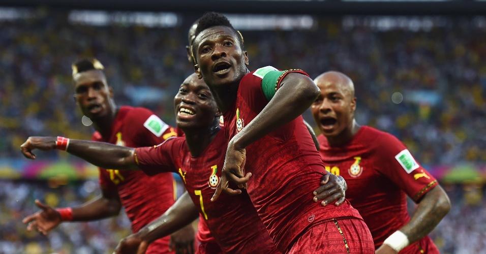 21.jun.2014 - Jogadores de Gana dançam em campo após Asamoah Gyan virar o jogo na partida contra a Alemanha