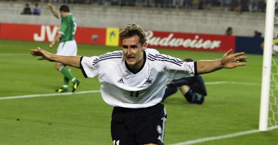Klose abre os braços para comemora o seu quarto gol em Copas, no empate de 1 a 1 com a Irlanda em 2002