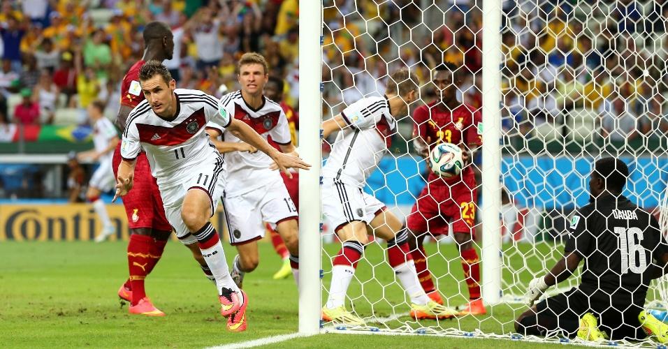 21.jun.2014 - Klose, da Alemanha, comemora o gol de empate contra Gana. Foi 15º gol dele em Copas, igualando a marca de Ronaldo
