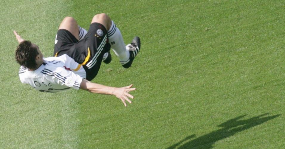 Klose dá cambalhota para comemora o seu oitavo gol em Copas do Mundo, contra o Equador em 2006