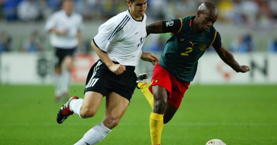 Klose disputa a bola com Bill Tchato, de Camarões, no jogo em que marcou o seu quinto gol em Copas