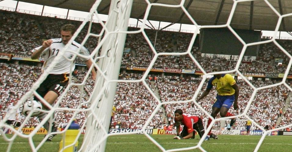 Klose dribla o goleiro do Equador para marcar o seu nono gol em Copas do Mundo