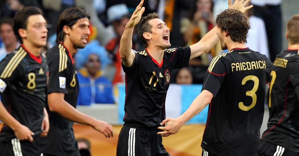 Klose é abraçado pelos companheiros ao marcar o seu 14º gol em Copas, na goleada sobre a Argentina em 2010