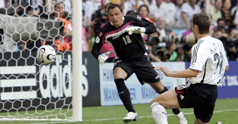 Klose toca para o gol livre e marca, contra a Costa Rica em 2006, o seu sexto gol em Copas do Mundo