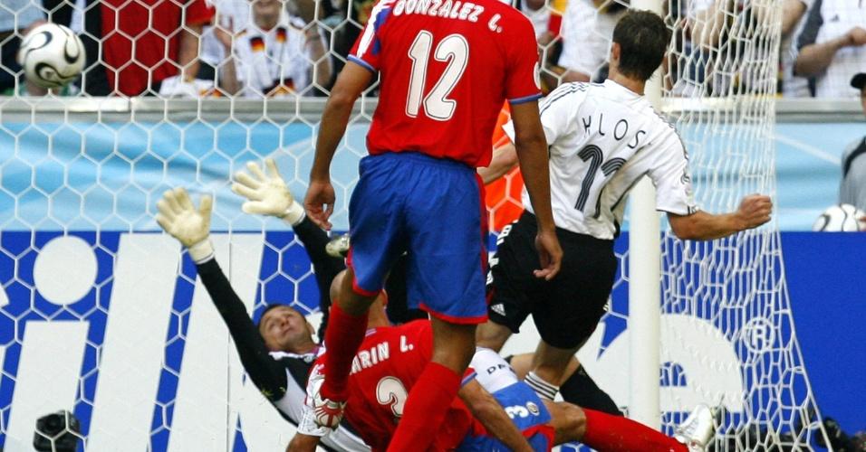 Klose tocou na saída do goleiro Porras para marcar também o terceiro gol da Alemanha contra a Costa Rica na Copa do Mundo de 2006