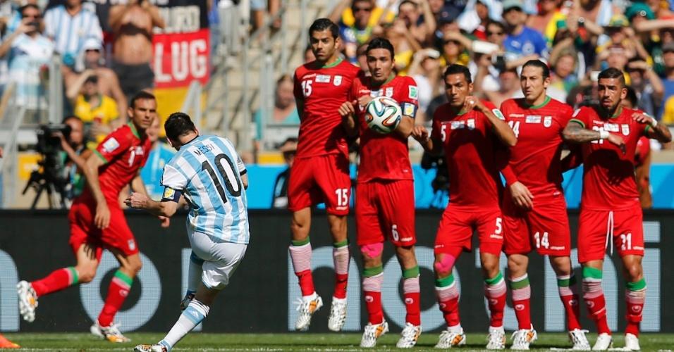Lionel Messi bate falta para a seleção da Argentina durante a partida entre Argentina e Irã