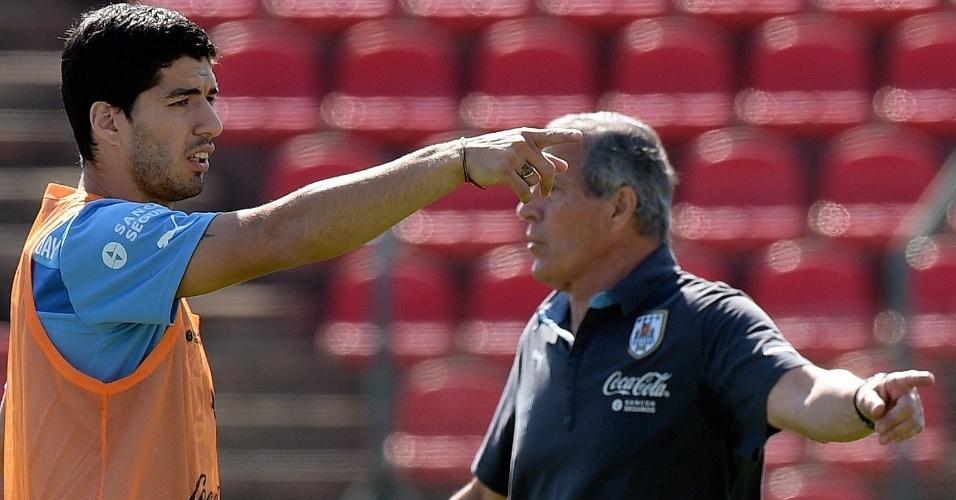 Luis Suárez gesticula durante treino da seleção do Uruguai, na Arena do Jacaré, em Sete Lagoas