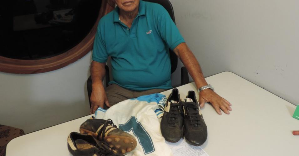 Manoelzinho posa com as últimas lembranças do jogo de despedida de Garrincha em Brasília