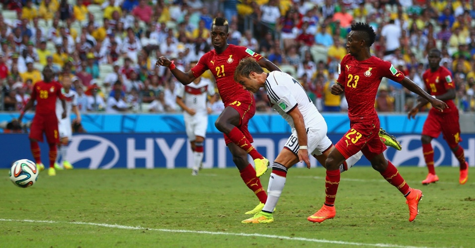 21.jun.2014 - Mario Götze aproveita cruzamento e abre o placar para a Alemanha contra Gana, no Castelão
