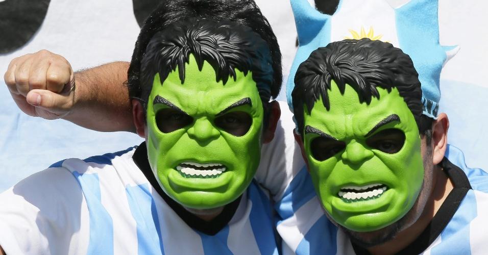 Máscaras do personagem Hulk também aparecem na torcida argentina contra o Irã