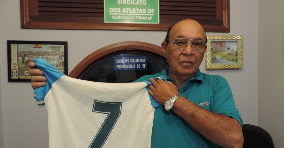 """Melhor amigo de Garrincha, Manoelzinho posa para foto com camisa utilizada pelo """"Mané"""" em seu último jogo antes de morrer"""