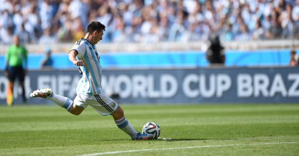 Messi cobra falta para a seleção da Argentina