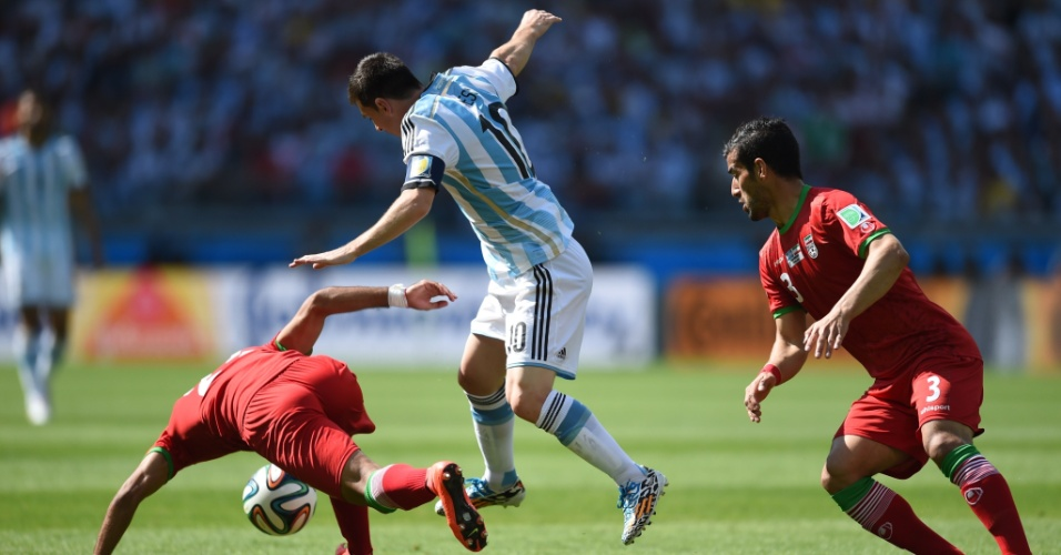 Messi enfrenta marcação dupla de jogadores do Irã