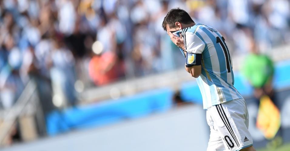 Messi lamenta chance de gol perdida pela Argentina durante a partida entre Argentina e Irã