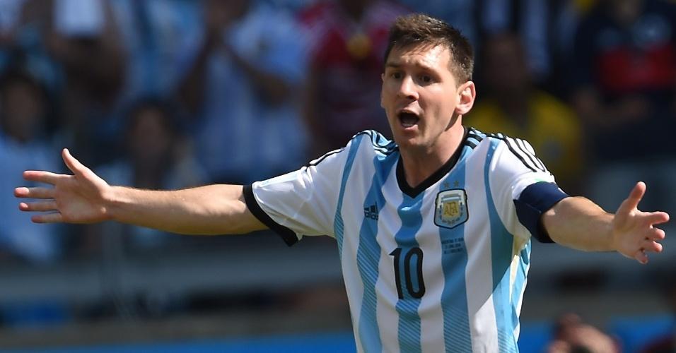 Messi reclama com o árbitro após a não marcação de uma falta durante a partida entre Argentina e Irã