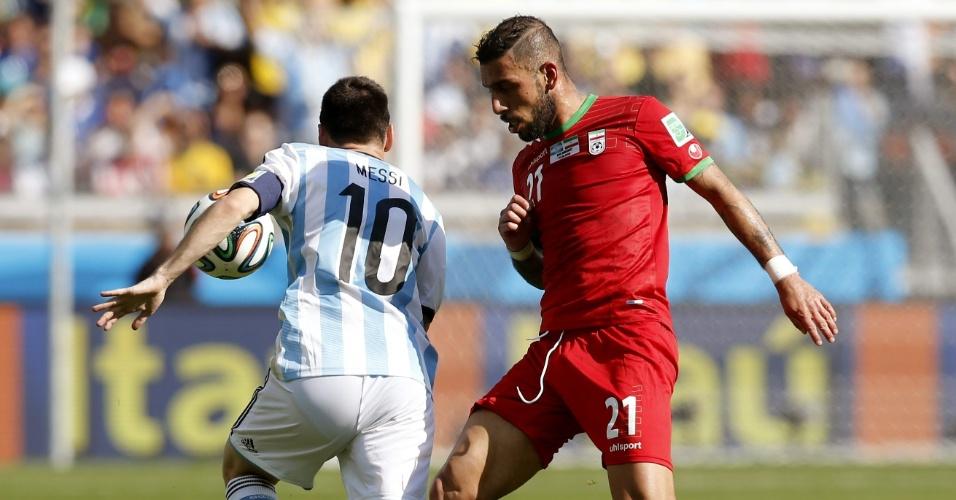 Messi tenta passar por Ashkan Dejagah durante a partida entre Argentina e Irã