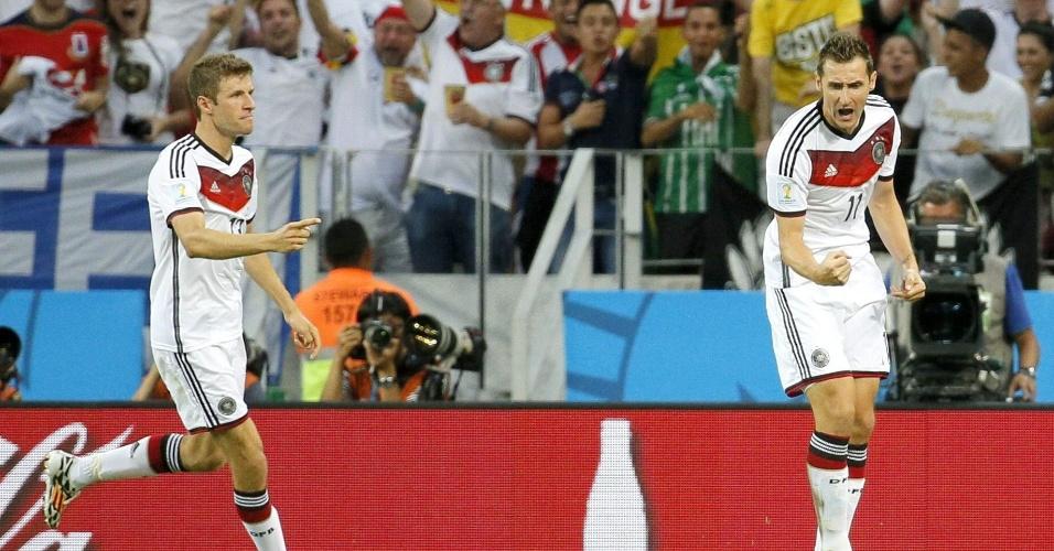 21.jun.2014 - Miroslav Klose comemora com Thomas Müller após marcar o segundo da Alemanha no empate contra Gana por 2 a 2