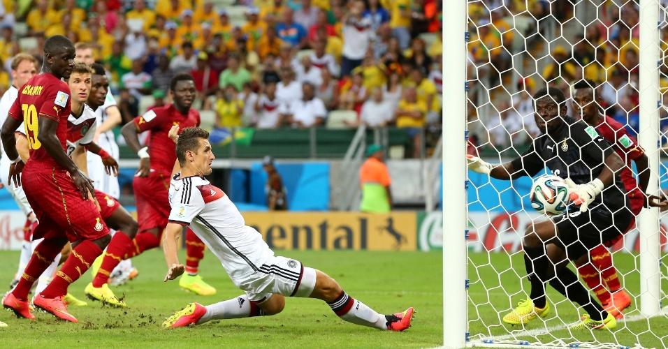 21.jun.2014 - Miroslav Klose completa de carrinho e empata para a Alemanha contra Gana, no Castelão